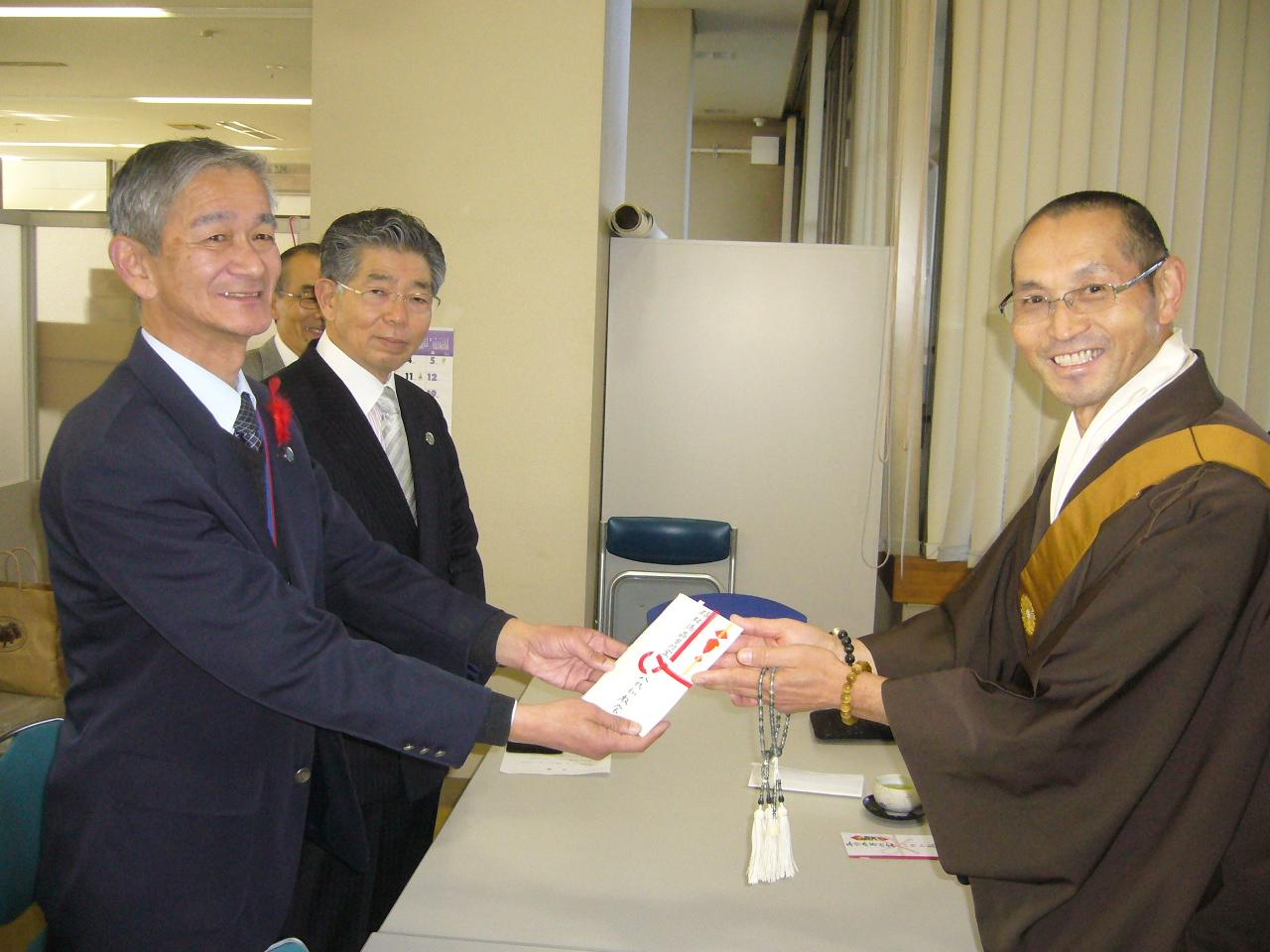八代仏教会寄付贈呈3.JPG
