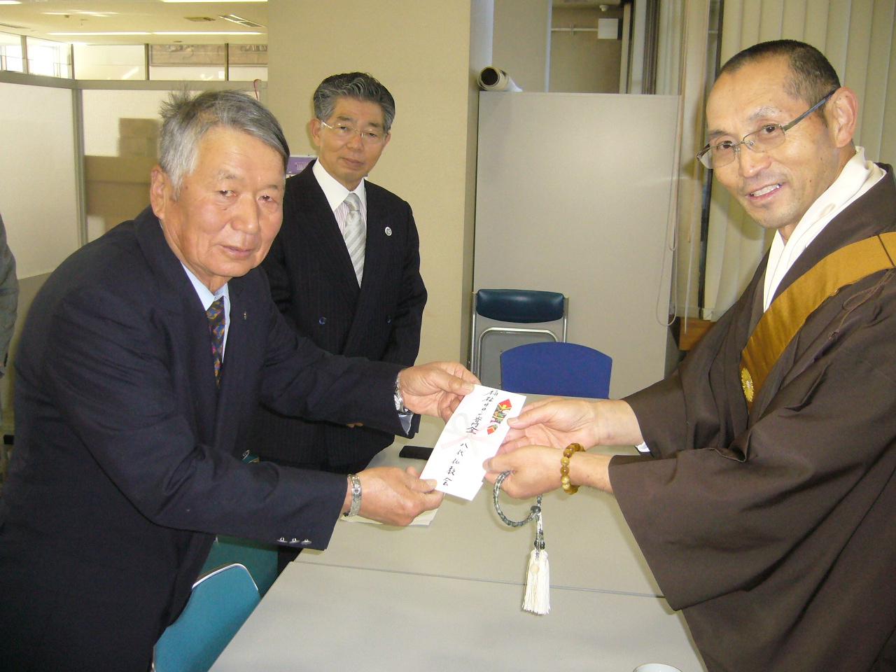 八代仏教会寄付贈呈4.JPG